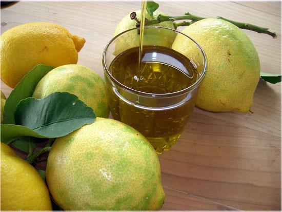 Come usare olio al limone, benefici ed abbinamenti in cucina
